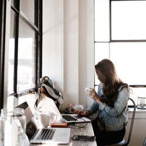 blogger-brunette-chair